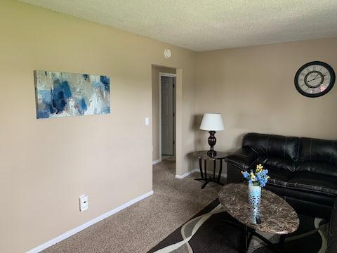 驚人的兩間臥室公寓1200平方英尺65 4K UHD電視