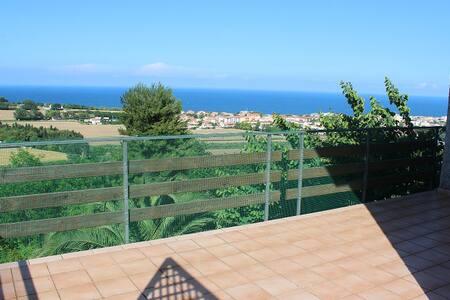 Bellissima villa con terrazzo vista mare giardino - Numana - Huvila