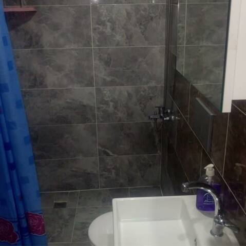 banyodur.sıcak su akmaktadır.şampuan vardır.temiz havlu bulunur.saçkurutma makinesi dolabın gözündedir.