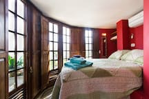 o quarto e a cama de casal...