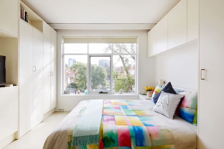Relax in a Clean Modern Apartment in St Kilda