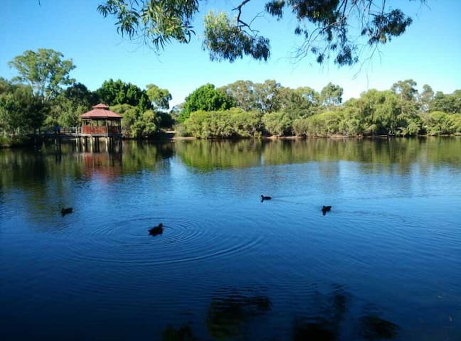 Luxurious House-Beautiful Lake  Clos to City Perth