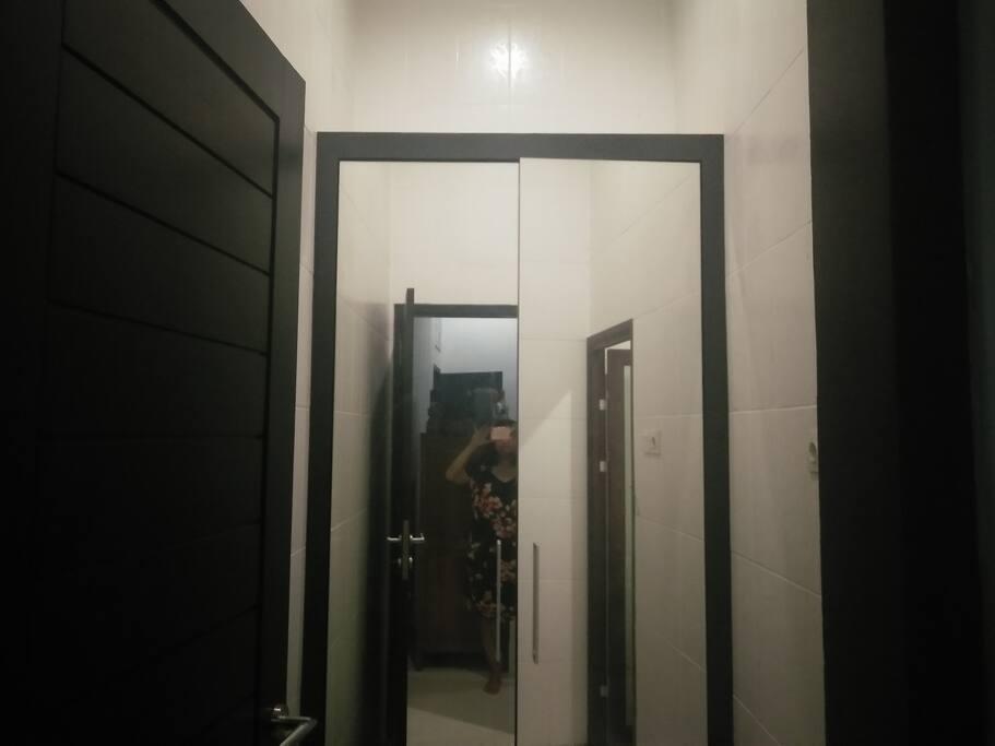 Kamar pakaian dengan lemari