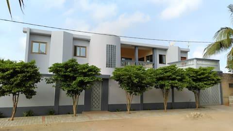 Amplio apartamento hermoso edificio Zona tranquila