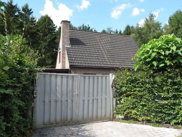 Het Stropershuisje: logeren middenin het bos! - Stekene - House
