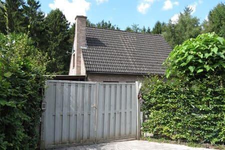 Het Stropershuisje: logeren middenin het bos! - Stekene