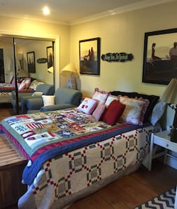 Private French Garden & Guest Room - Glendale - Bed & Breakfast
