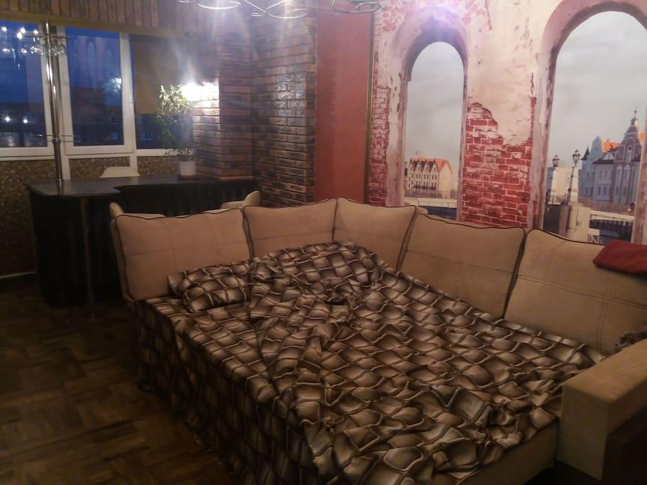 диван-кровать в большой комнате