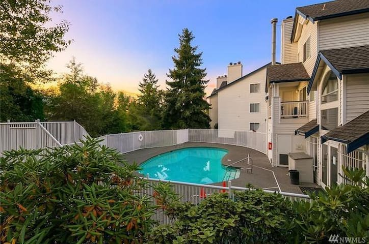 NEWLY REMODELED Renton condo w/ a view!