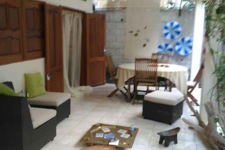 Chambre sur Pamandzi, proche de l'aéroport. - Dům