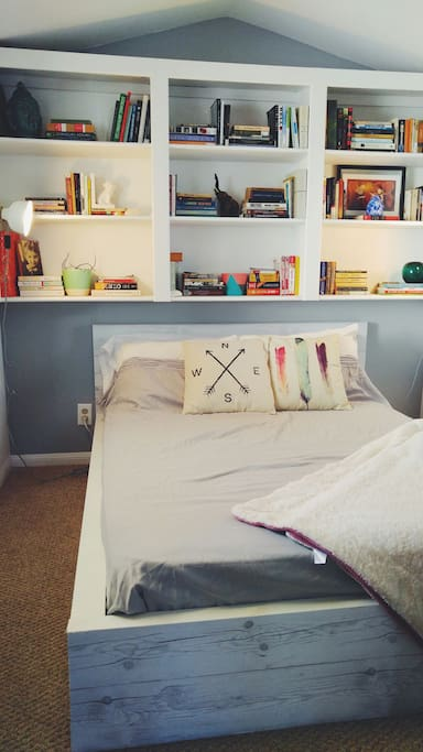 Bright room, cozy full sized bed