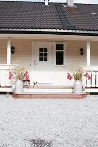 Hus med flott utsikt til utleie under Lerum Cup! - Luster - Hus