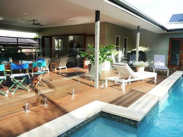 The Pavilion pool-side apartment - Urangan - Appartement