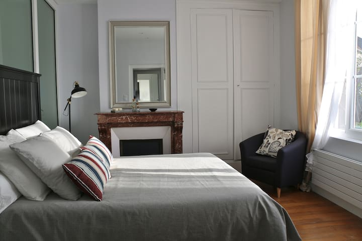 Chambre calme dans une  belle  maison centre ville - Vendôme - Bed & Breakfast