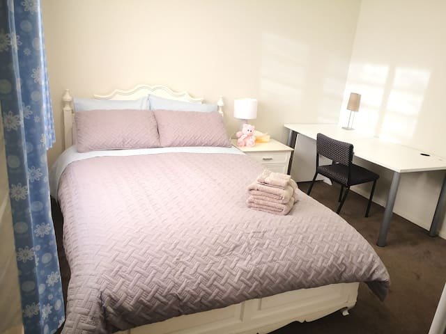 Cosy Room with Queen Bed,  Close to Wigram Shops