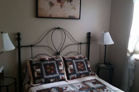 Clean and Friendly with Private Bath - Milwaukie