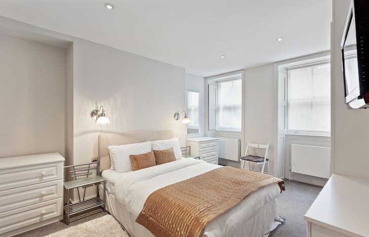 Beautiful 2-Bed Apt w/Patio near Oxford Street