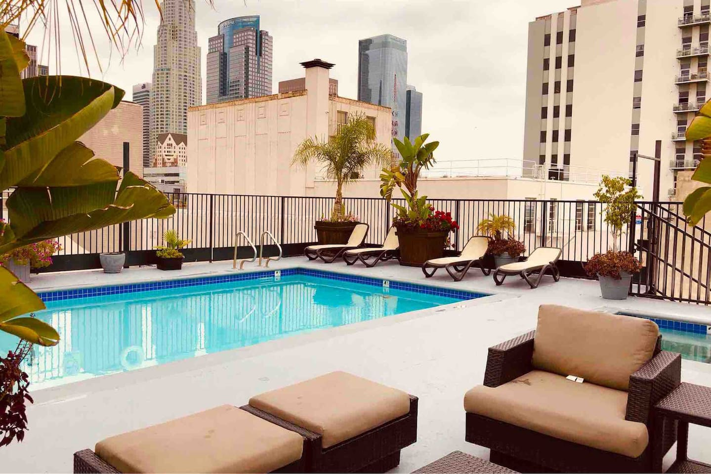 The Marilyn Monroe Room includes free use of the awesome rooftop jacuzzi and pool. Open nightly until 10pm and weekends until midnight! The jacuzzi is always hot and ready...