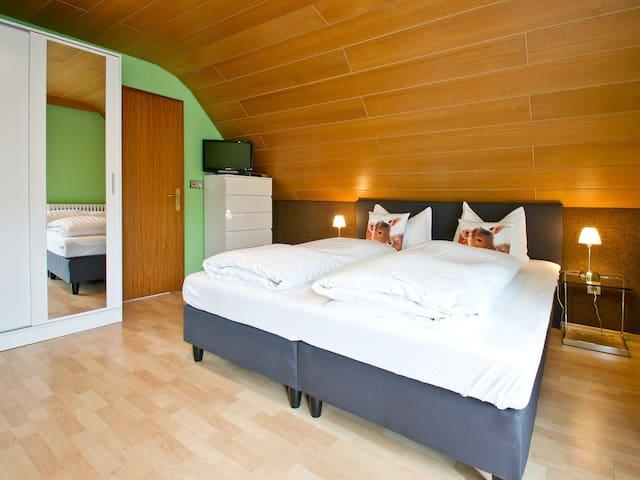 Landpension Am Sommerhang, (Bad Rippoldsau-Schapbach), Doppelzimmer Helga mit Balkon und Dusche