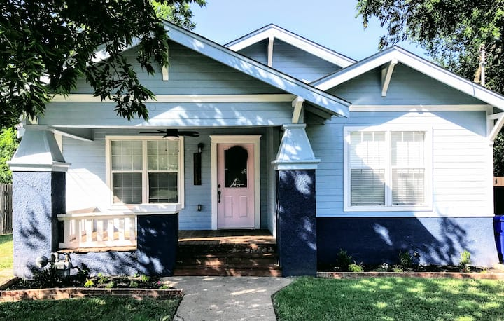 Historic Blue Bungalow: 5 MINS TO SILOS, King Bed