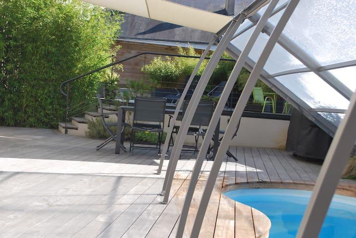 Studio avec piscine d'été en ville