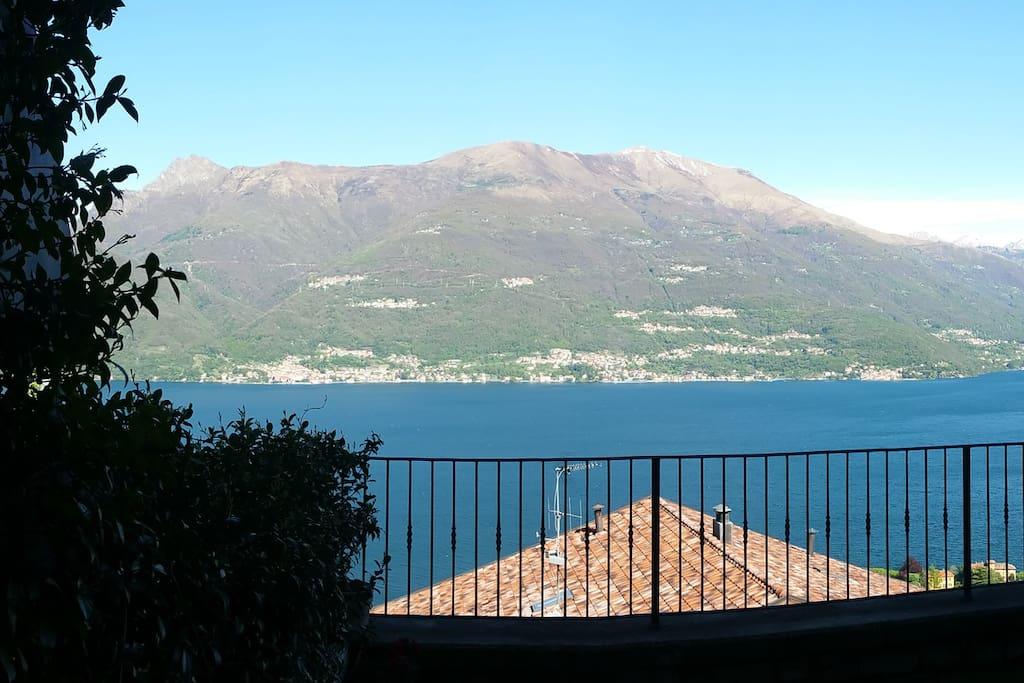 Vista lago dal giardino di casa. Lakeview from the house's garden