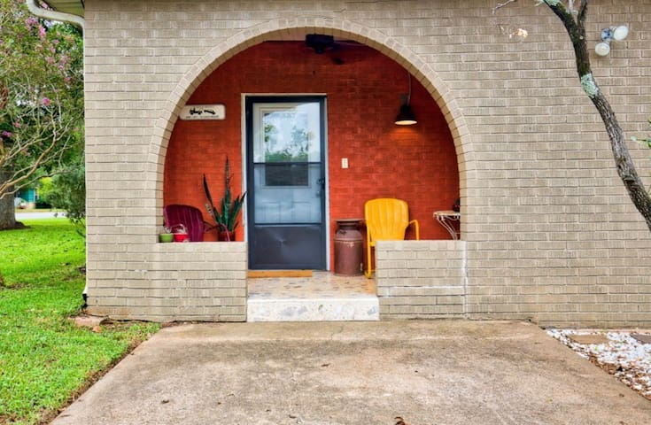 Mid Century comfort close to Brenham and Round Top