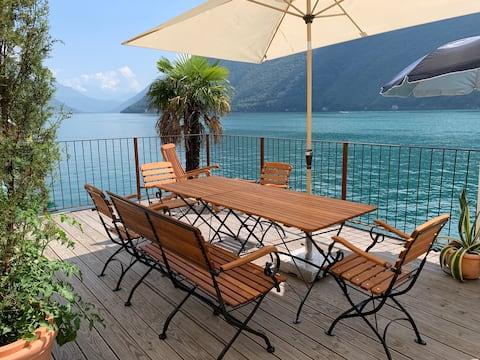 Sonnige Terrasse und Lounge zum Luganer See