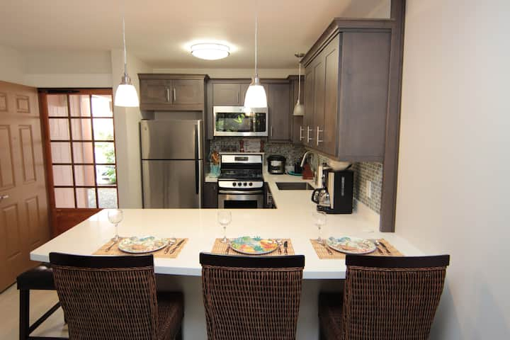 Minutes to the beach, remodeled w/AC, near Airport