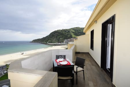 Terrace & views to Zurriola surfers Beach