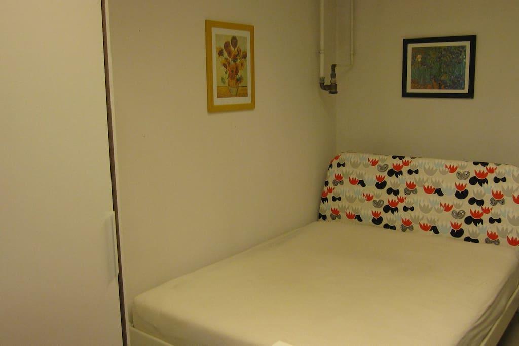3. Raum mit Fenster, eingerichtet mit 1 Einzelbett (siehe Bild) und einem Doppelbett) und einem Spiegelschrank (links im Bild)