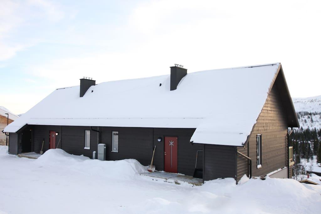 Boendet i vintermiljö, de är lägenheten på höger sida.