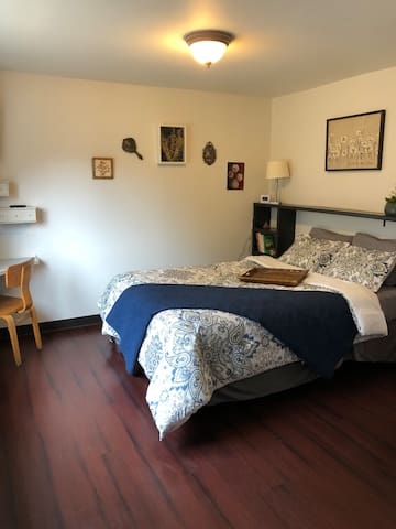 Quiet home with easy access to town (Bear Room)