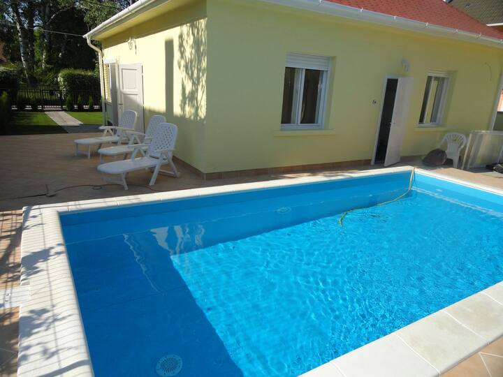 Private holiday house with pool near the beach