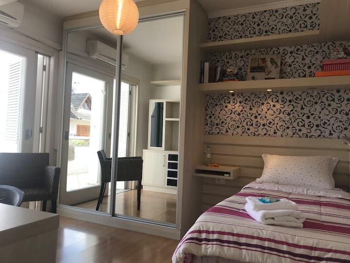 Lindíssimo dormitório em bela casa familiar