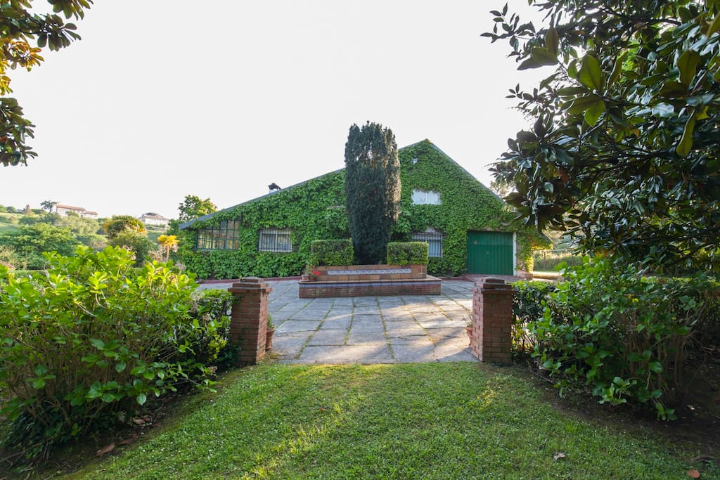 Entrada principal y jardin