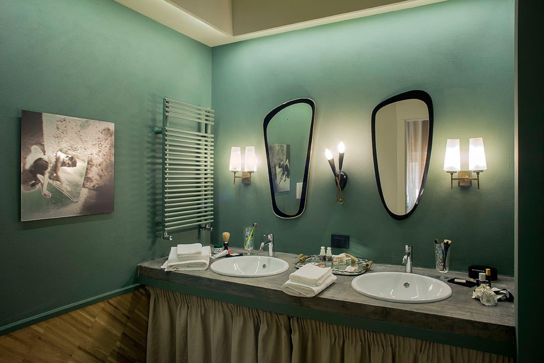 A vintage Double washbasin an double mirror bathroom