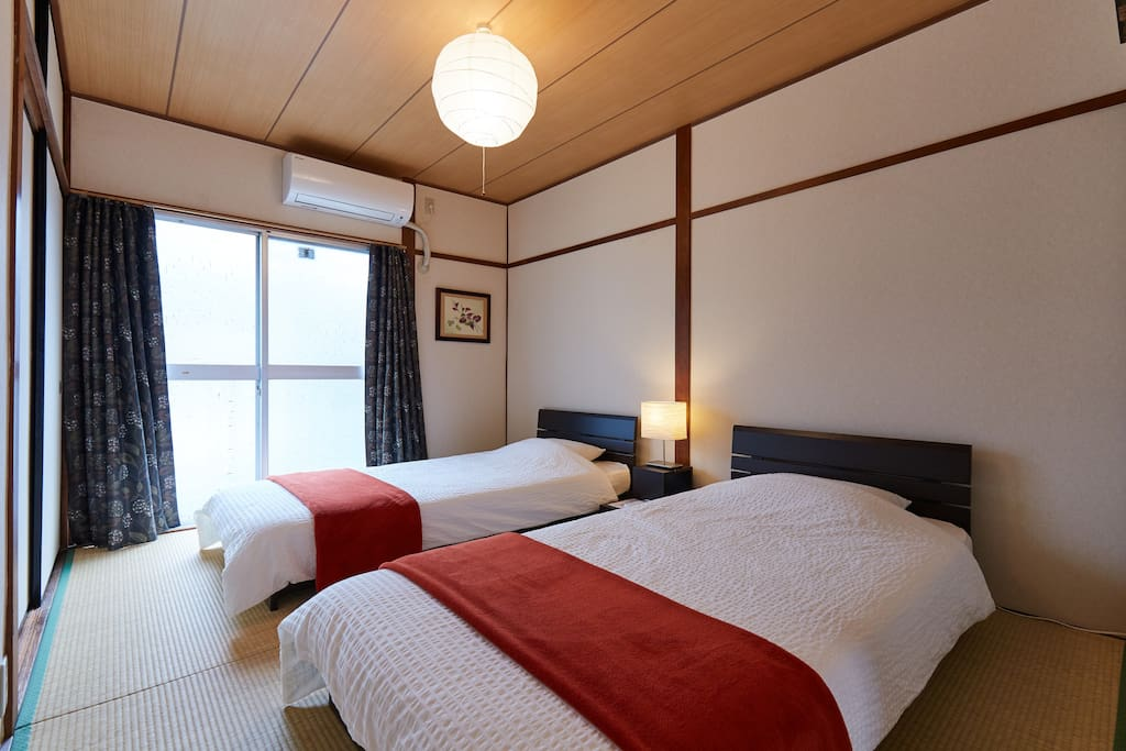 2 Bedrooms with 2x single sized beds + up to 3x Futons