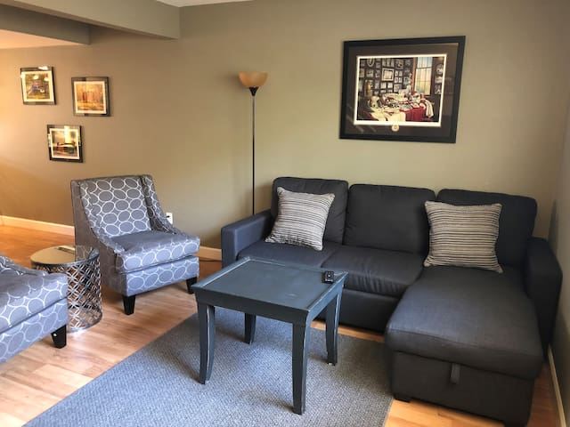 CLEAN 2 BR, 2 Bath Condo 5 min to UofA Campus!