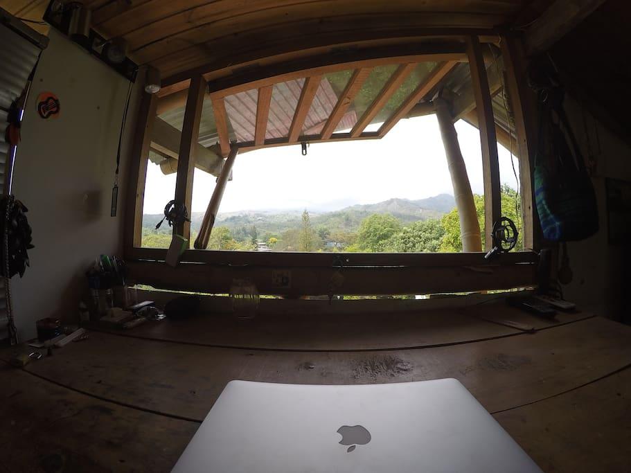 tercer piso, mesa de trabajo con vista a la montaña