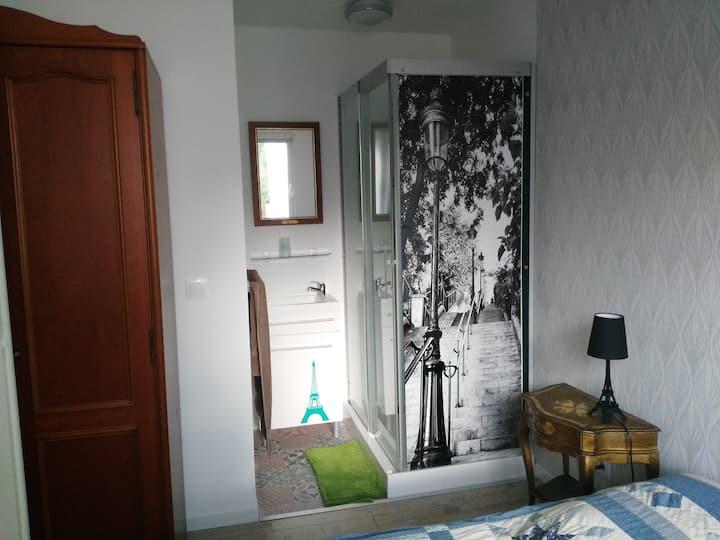 Dans une maison neuve au calme, chambre RDC et SDE
