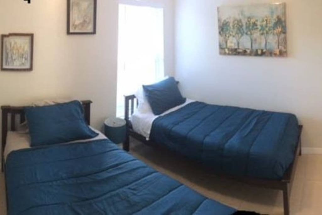 Second bedromm with 2 single beds