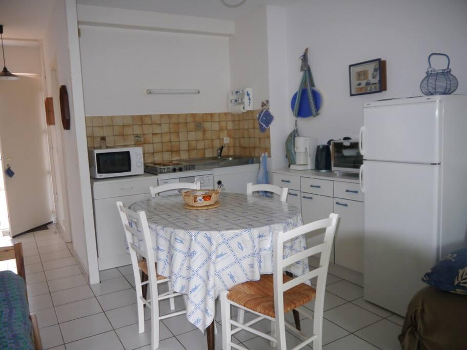 Coin cuisine (lave-vaisselle, four, micro-ondes, plaques de cuisson, réfrigérateur-congélateur)