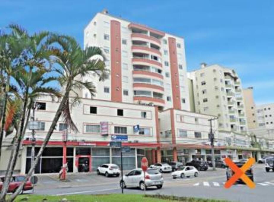 Prédio com ótima localização, com banco, farmácia, padarias, supermercados e restaurantes próximos