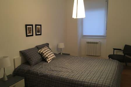 Amplia habitación en un espacio tranquilo. - Villabona