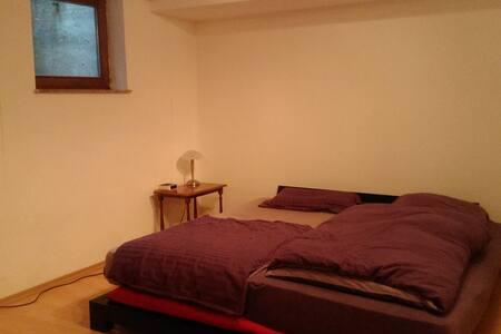 Großzügiges Schlafzimmer mit eigenem Bad - Gröbenzell