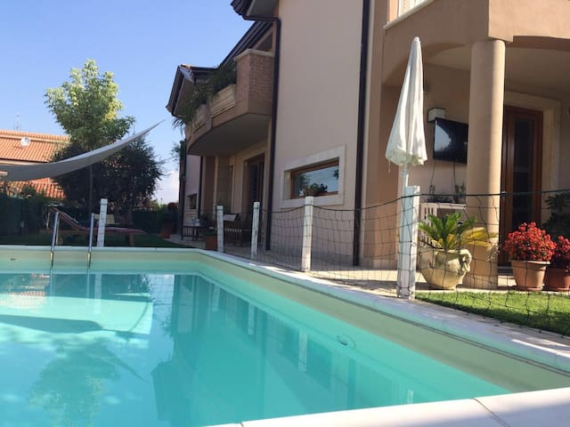 Villa Mario, con piscina in Frosinone