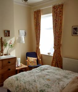 Comfy double room in family house - Salford