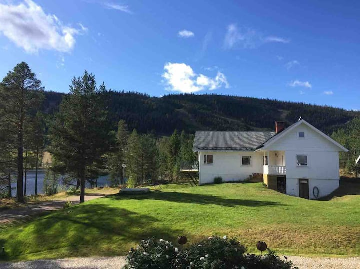 Rymligt hus i Klövsjö nära fjäll och vatten.