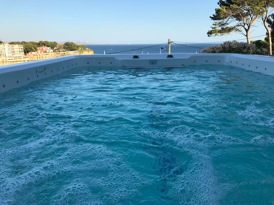 Dans le Spa contre nage vous avez une vue magnifique sur la mer